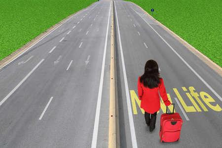 Frau mit Gepäck auf der Autobahn die Wahl, ein neues Leben zu folgen