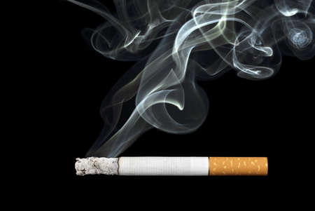 rokende sigaret op zwarte achtergrond Stockfoto