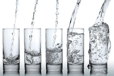 stadia van het gieten van water in een glas