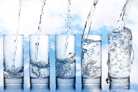 グラスに水を注ぐの段階 写真素材