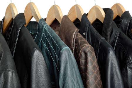 chaqueta de cuero: colección de chaquetas de cuero en perchas Foto de archivo