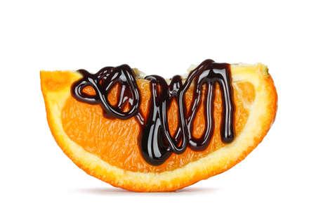 orange slice: chocolade siroop op oranje slice geïsoleerd op wit