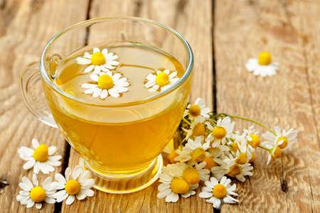 カモミールの花とカモミール茶のカップ 写真素材