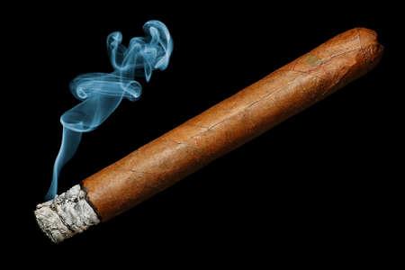 cigarro con humo aislado sobre fondo negro Foto de archivo