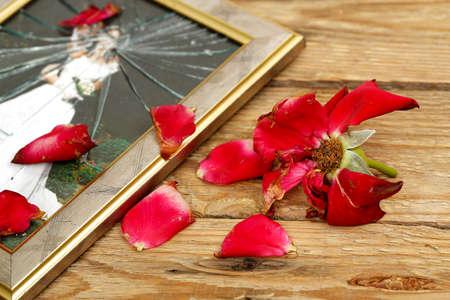 Verwelkte roos en gebroken trouwfoto Stockfoto - 29440482