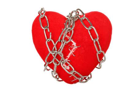 cadena rota: cadena enrollada alrededor del corazón roto con grapas aisladas