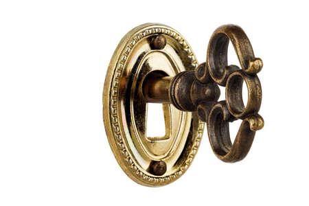 macro van retro sleutel in sleutelgat geïsoleerd op wit
