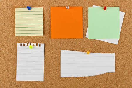 noteboard: variety of pinned blank notes on cork notice board Stock Photo
