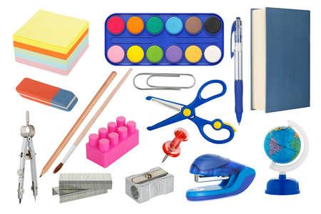 sacapuntas: colección de útiles escolares aislado en blanco