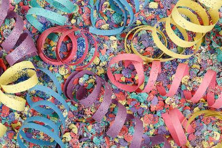 serpentinas: serpentinas de colores sobre papel picado Foto de archivo