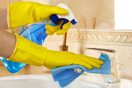manos sucias: Mujer en guantes de goma con trapo y detergente de limpiar el ba�o