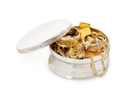 zilveren sieraden doos met een verscheidenheid aan sieraden geïsoleerd op wit