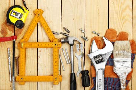 ヤード尺としてツール、改築又は工事の数に囲まれた家 写真素材