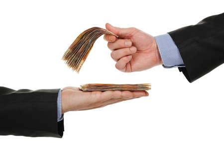 mano masculina que da el dinero a otro, aislado en blanco
