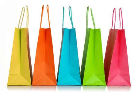 vijf kleurrijke boodschappentassen close-up geïsoleerd op wit