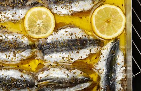 sardinas: sardinas crudas filete con rodajas de limón en el aceite de oliva Foto de archivo