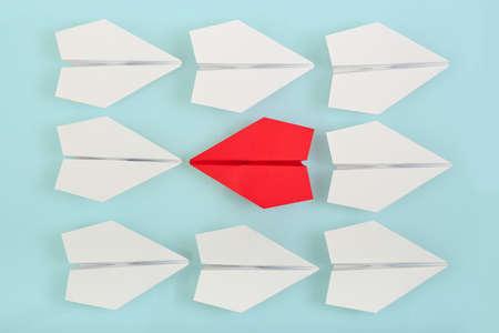 lideres: siendo concepto diferente con avión de papel rojo va en una dirección diferente Foto de archivo