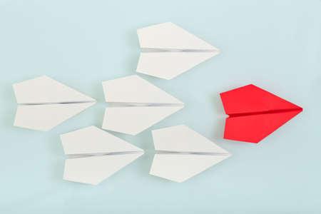 liderazgo: avión de papel de color rojo que lleva las blancas, concepto de liderazgo Foto de archivo