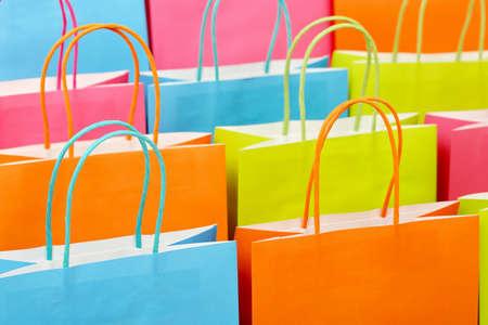 close up van kleurrijke papieren boodschappentassen