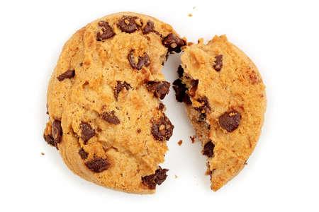 macro gebroken chocolate chip cookie op wit wordt geïsoleerd Stockfoto