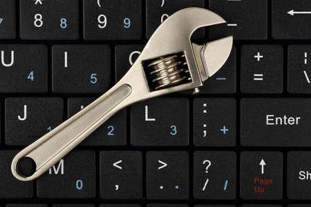 teclado de computadora: Llave en el teclado del ordenador, concepto de reparaci�n de computadoras