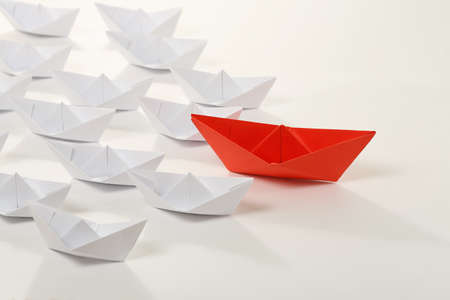 빨간 종이 보트 흰색 사람을 선도하고, 리더십 개념
