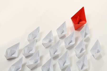 bateau: rouge bateau de papier leader blanches, concept de leadership Banque d'images