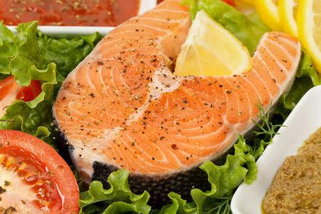 plato de pescado: primer plano de salmón crudo en el plato con otros ingredientes Foto de archivo