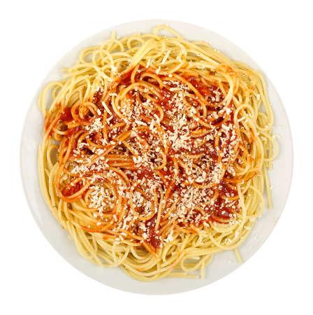 pasta: espaguetis con salsa de tomate y queso rallado aislados sobre fondo blanco Foto de archivo