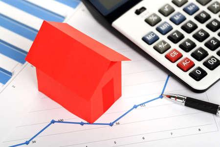 赤い紙の家と不動産の概念グラフ電卓 写真素材