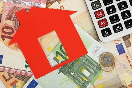 유로 지폐와 계산기 빨간색 종이 집