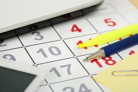 articulos de oficina: primer plano de calendario con diversos artículos de oficina Foto de archivo
