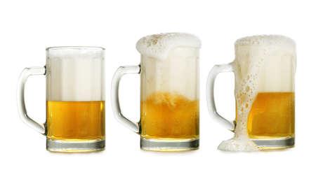 vasos de cerveza: tres vasos llenos de cerveza aisladas sobre fondo blanco
