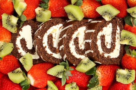 pastel de chocolate: pastel de chocolate en rodajas con fresas y kiwis