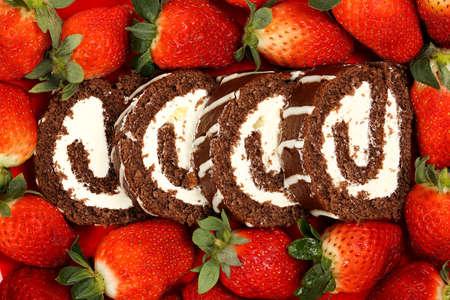 pastel de chocolate: rebanada rodillo torta de chocolate con fresas frescas Foto de archivo