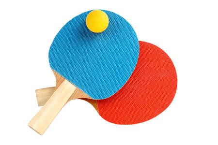 ping pong: raquetas de ping pong con la bola aislada en blanco Foto de archivo