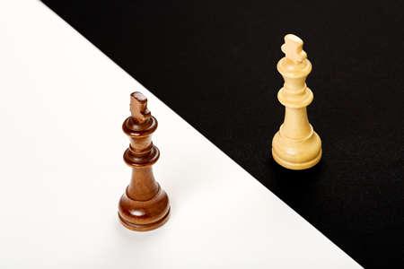 Reis de xadrez de madeira em preto e branco, conceito abstrato