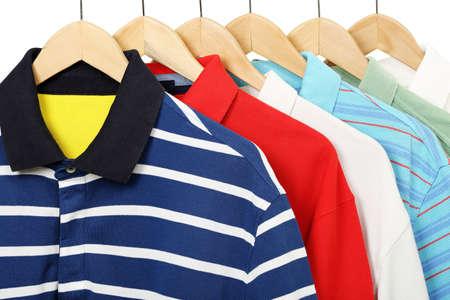 옷걸이에 다채로운 폴로 셔츠 스톡 콘텐츠