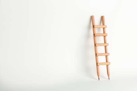 scala a matita su bianco con copia spazio, concetto di istruzione
