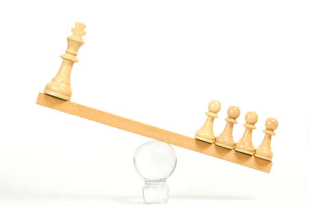 chess pawns weighing more than king chess piece, power of many concept Stockfoto