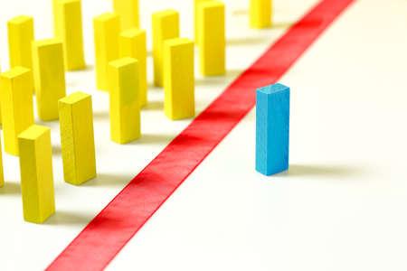 rote Linie zwischen gelben und blauen Holzblöcken, Konzept für Diskriminierung, Vielfalt usw
