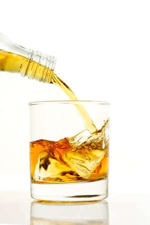 pouring a glass of whiskey, high speed photography Zdjęcie Seryjne