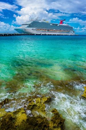 cozumel: Barco de cruceros atracado en Cozumel, M�xico Foto de archivo