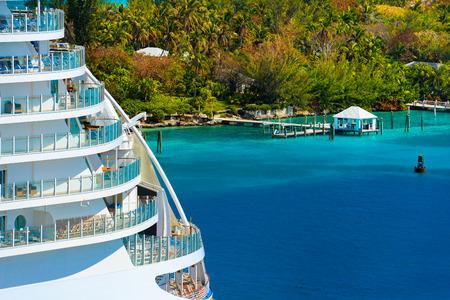 Seite eines Kreuzfahrtschiffes mit Bäumen und Meer im Hintergrund Standard-Bild - 25661662