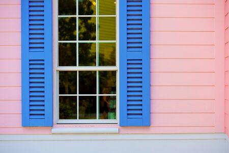 ventana abierta: Ventana con persianas abiertas
