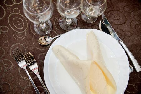 servilleta: Servilleta doblada en un plato