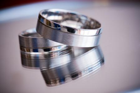bodas de plata: Un par de anillos de bodas de plata