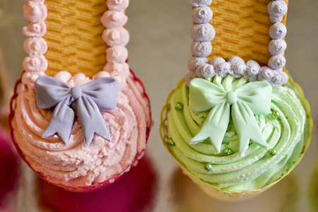 fondant fancy: Cake pink and green with bow