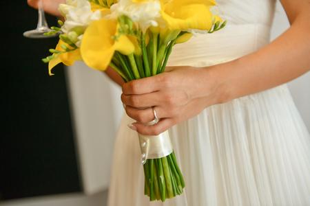 calas blancas: Ramo de novia en la luz natural