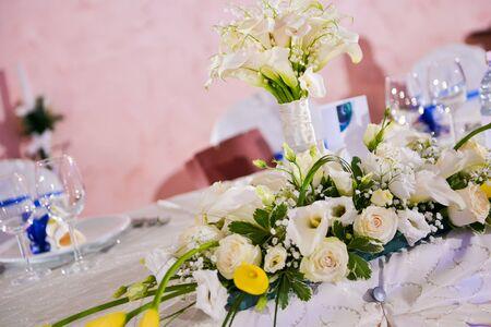 White Callas: Ramo de calas blancas y rosas en una mesa de boda